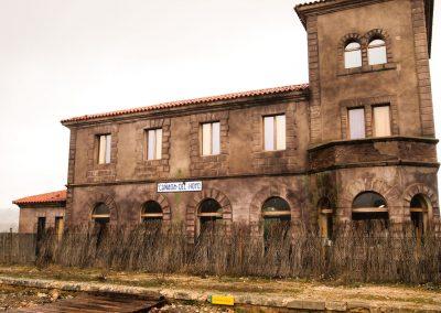 Estación Cañada del Hoyo. Hoy en día es un albergue campamento. El color que tiene su fachada es porque dentro de sus dependencias se respira magia.