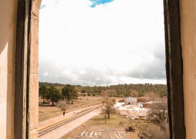 Vistas a través de una de las ventanas de la Estación de Arguisuelas.