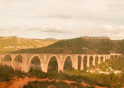 """Viaducto """"Torres Quevedo"""" o de puente de la Cortina. Construido sobre el río Cabriel, entre Cardenete y Villora. Arco de 88 metros de luz.  Tiene una longitud de 680 metros con 65 metros de altura."""