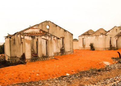 Casas en ruinas de los trabajadores de la estación. La línea de Cuenca a Utiel fue inaugurada en el año 1947.